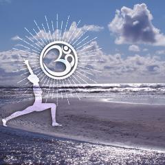 Yoga Pose der Held am Strand mit OM