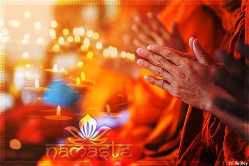 Yogigruss Namaste in Wohlfühlfarben mit Kerzenschein