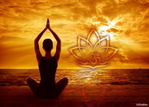 Fotoprodukt Yoga Asana Lotussitz mit Lotus onFire Symbol im Sonnenlicht